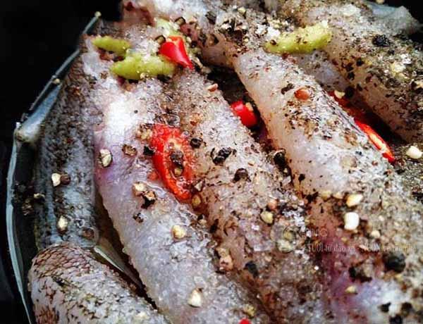 Cá bống sau khi ráo nước các bạn mang đi ướp với các gia vị cần thiết khoảng 10 phút