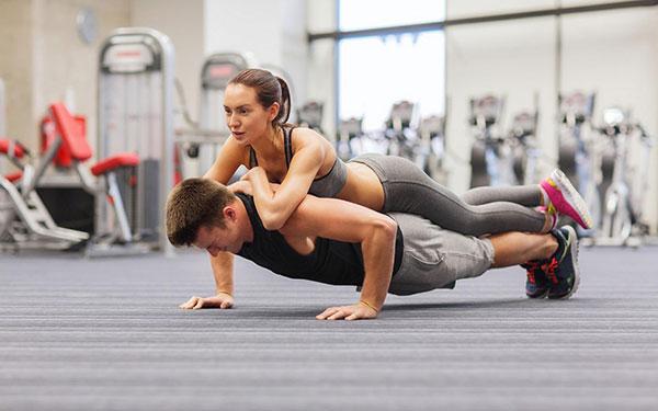 Tập gym thường xuyên giúp bạn giảm lượng mỡ thừa cho cơ thể săn chăc hơn đấy