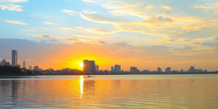 Chiều hoàng hôn buông nắng trên mặt hồ (Ảnh sưu tầm)