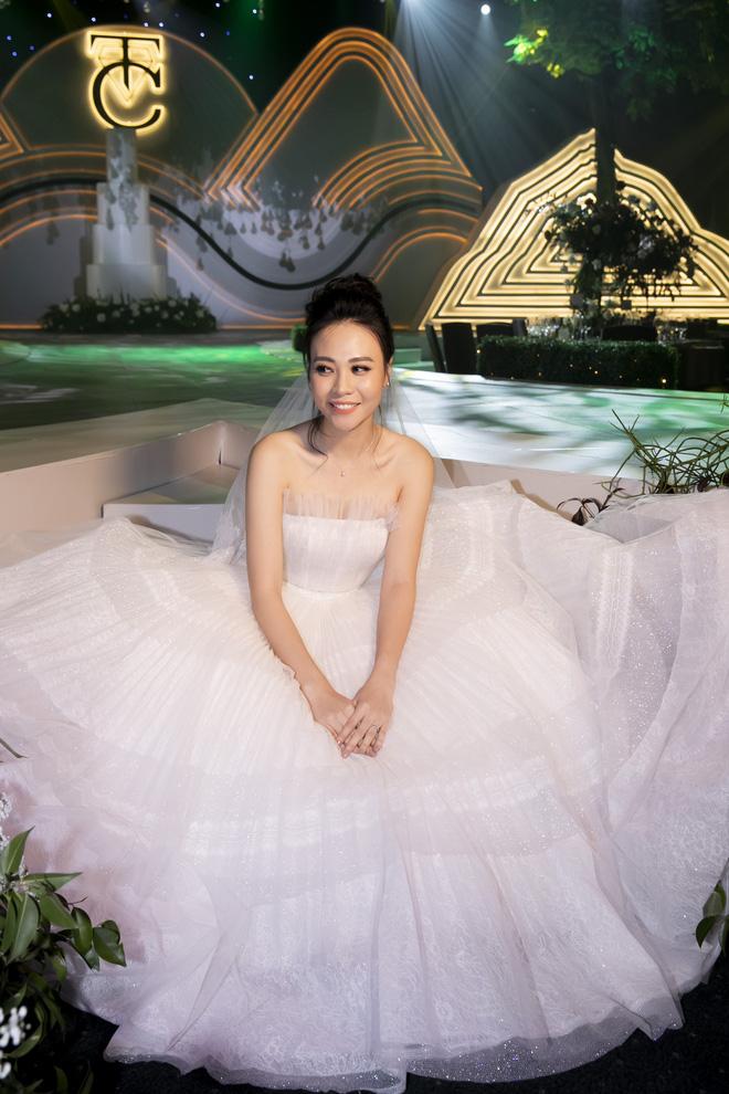 Cô dâu Đàm Thu Trang đẹp xuất sắc trong bộ váy cưới