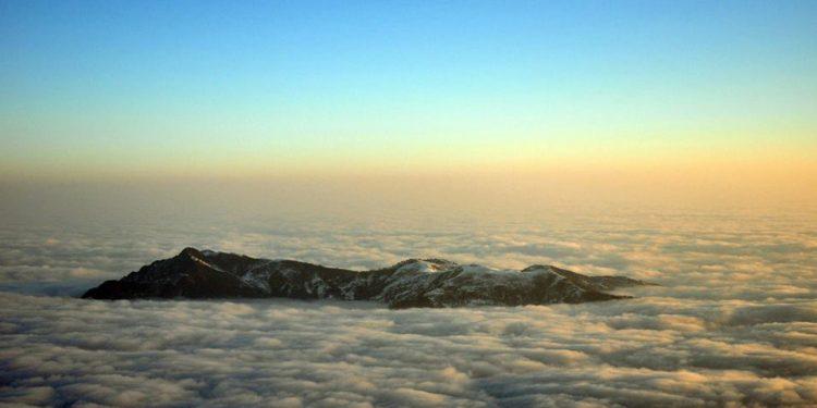 Đỉnh Fansipan trở thành một trong những điểm săn mây kỳ vĩ nhất Tây Bắc (Ảnh sưu tầm)