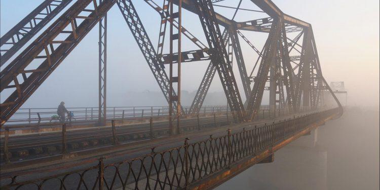 Cầu Long Biên mờ ảo trong sương những ngày Đông (Ảnh sưu tầm)