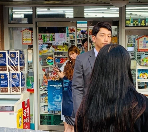 Kim Tae Hee chuẩn bị hạ sinh quý tử vào tháng 9, Bi Rain vẫn vất vả quay phim đến xanh xao