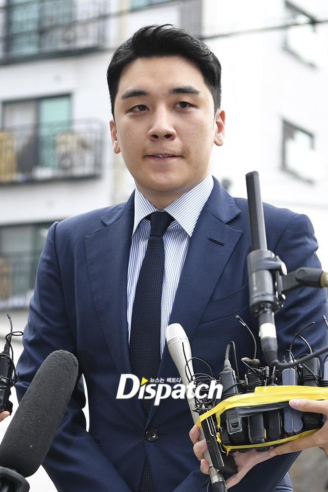 Sau 2 tháng dính 8 cáo buộc liên tiếp, Seungri chính thức trình diện cảnh sát Cúi đầu xin lỗi, sắc mặt và biểu cảm mệt mỏi cực độ