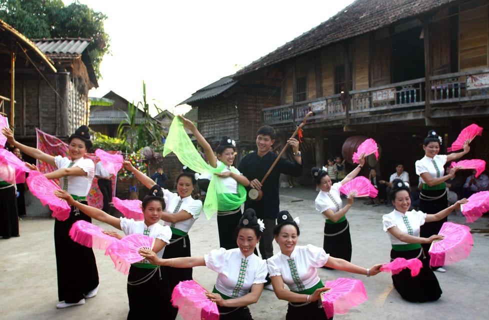 Hoạt động văn nghệ, ca hát trong lễ hội hoa Ban (Ảnh sưu tầm)