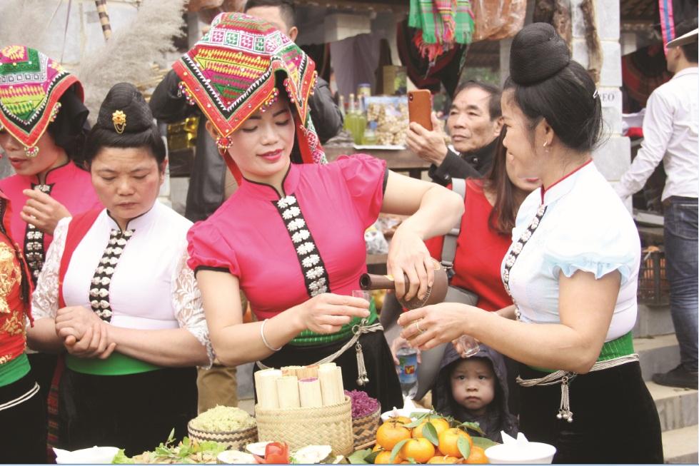 Trang phục ngày lễ của Người Thái rất sặc sỡ, cầu kỳ (Ảnh sưu tầm)