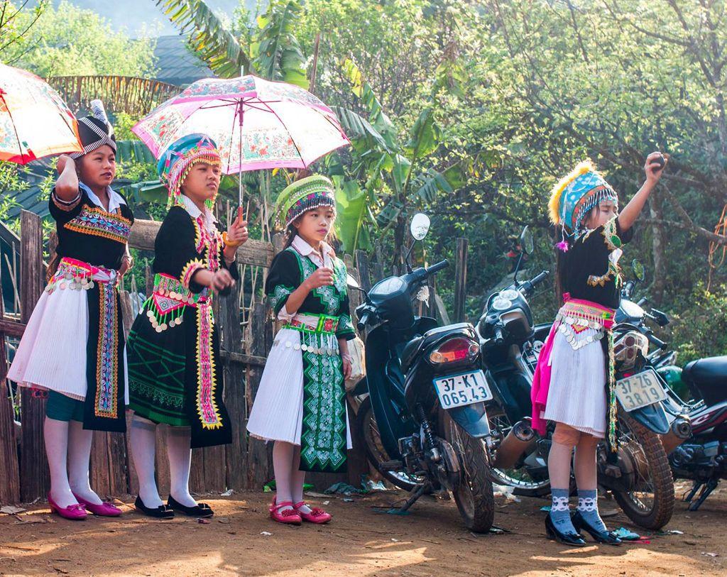 Những em bé Mông diện trang phục dân tộc đi chơi Xuân (Ảnh sưu tầm)