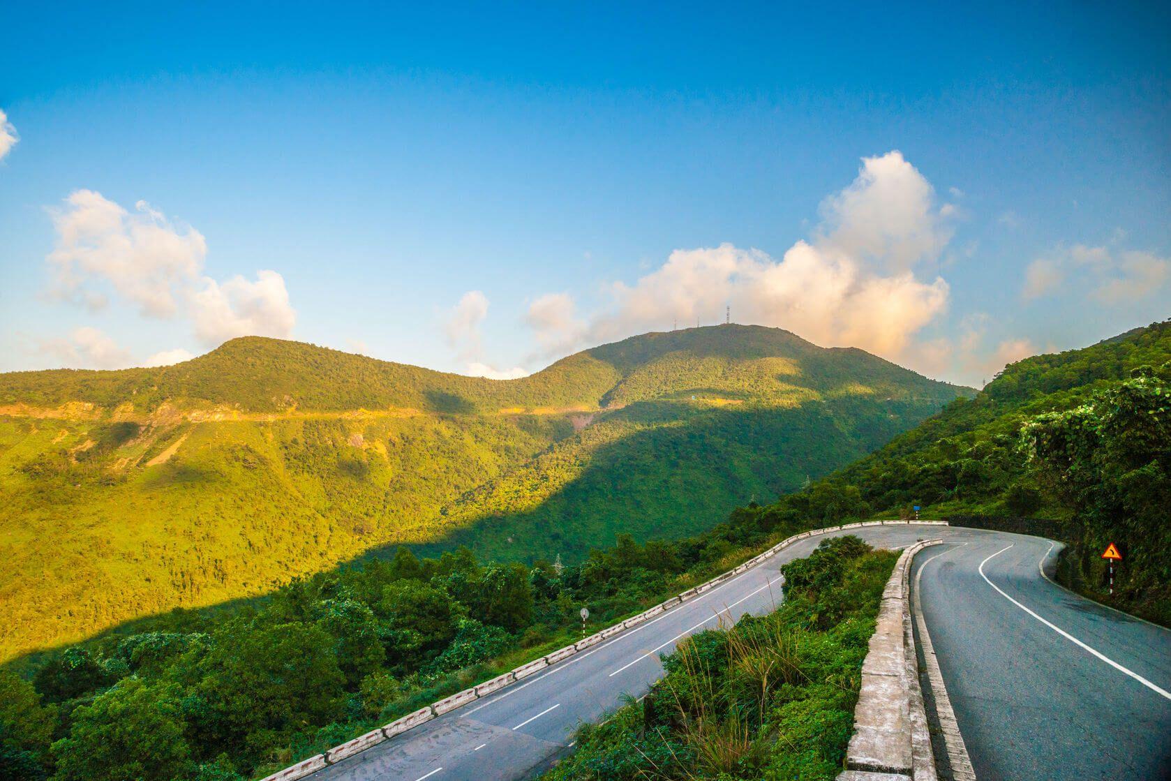 Đèo Hải Vân không chỉ là huyết mạch quan trọng mà còn là địa điểm chiêm ngưỡng cảnh đẹp của Đà Nẵng (Ảnh sưu tầm)