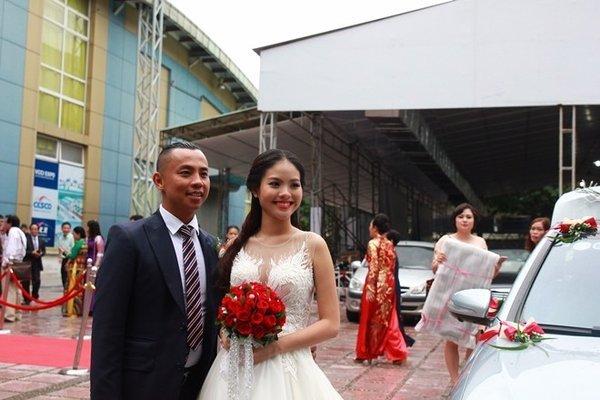 Đám cưới Chí Anh: Áo dát vàng 6000 USD, siêu xe 7 tỷ và... 2