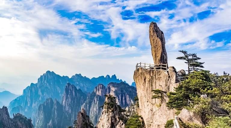 Núi Hoàng Sơn chờn vờn trong mây