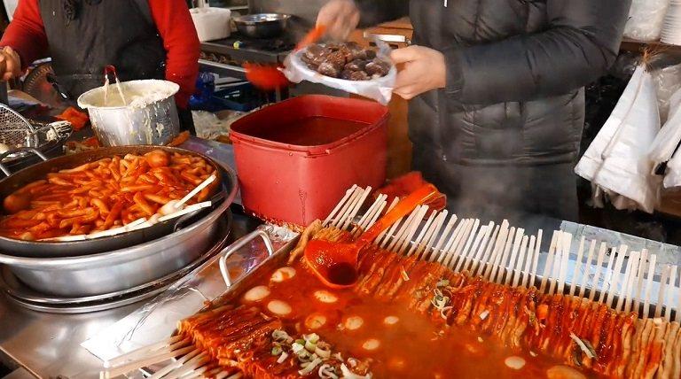 Gian hàng bán Tokbokki và đồ ăn đường phố Hàn Quốc