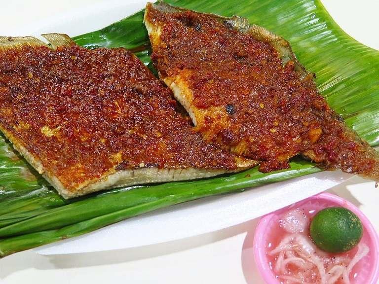 Đến Singapore nên ăn gì - Cá đuối nướng sốt sambal