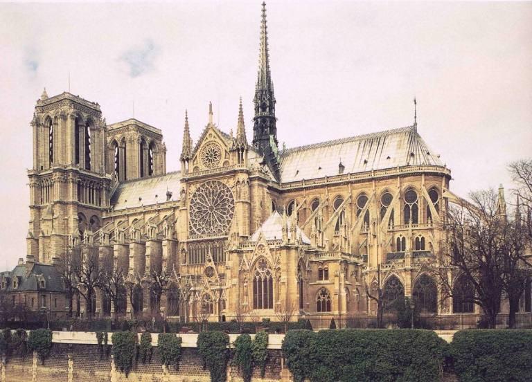 Nhà thờ Đức bà Paris là một trong những địa điểm tham quan thu hút đông khách du lịch nhất trên thế giới