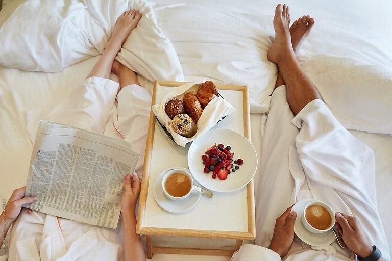 Bữa sáng ngọt ngào trên giường ngủ