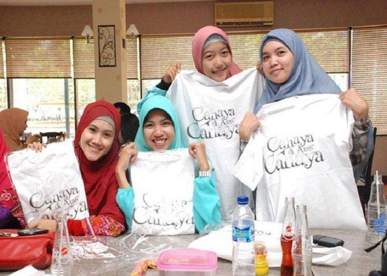 Du lịch Indonesia mua gì về làm quà - Áo thun Dagadu
