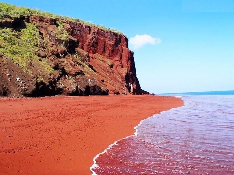 Bãi biển đỏ chói chang tại Santorini
