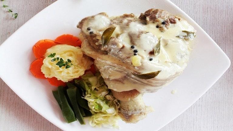 Món ăn nổi tiếng của Đức - Giò heo kèm bắp cải muối dưa